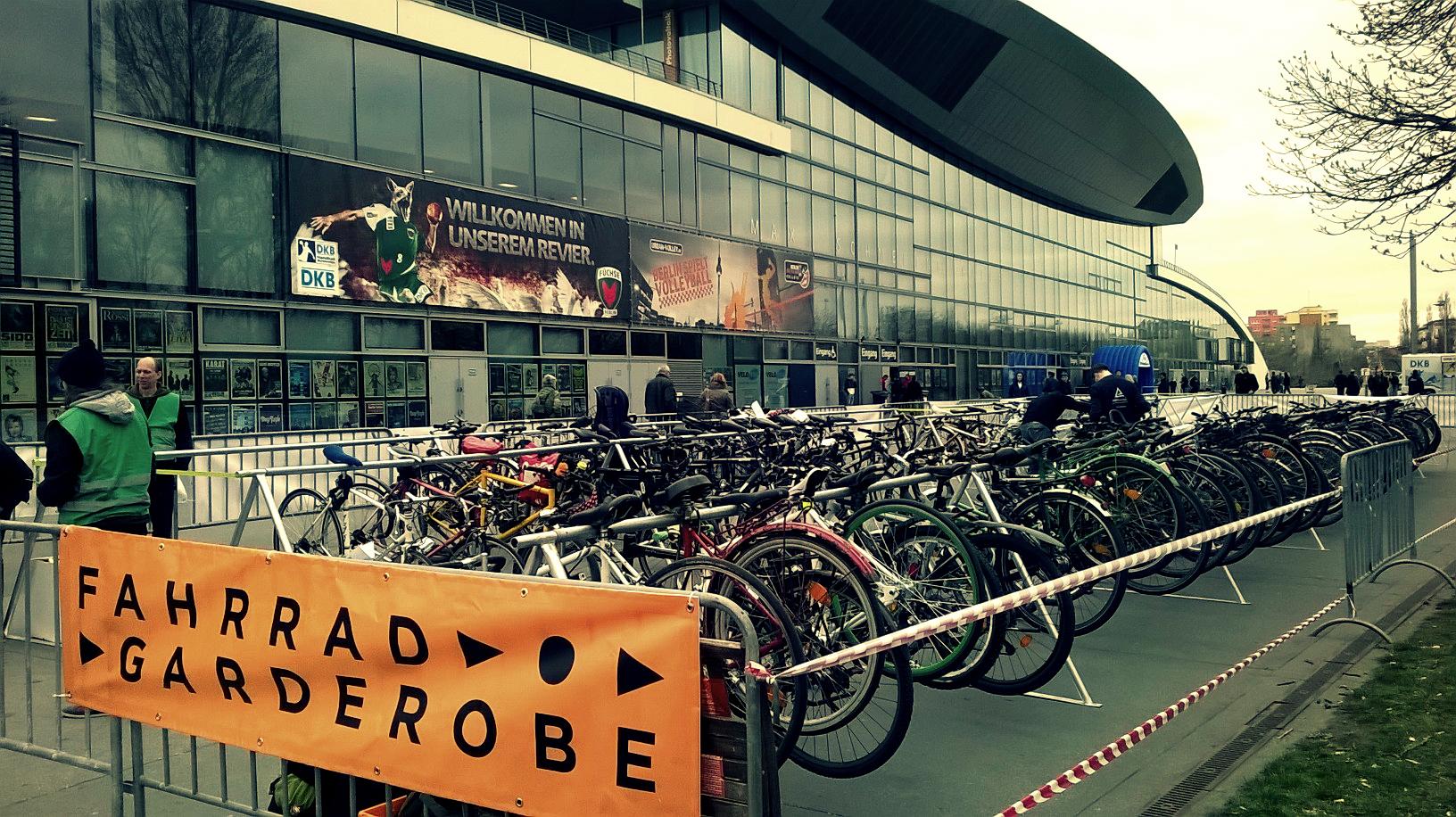 Die FahrradGarderobe vor der Max Schmeling Halle in Berlin 2015