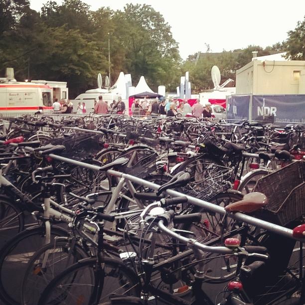 FahrradGarderobe bei der NDR 90.3 Sommertour in Hamburg Volksdorf